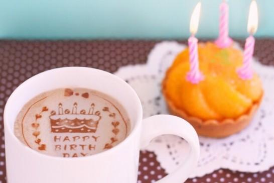 誕生日ラテアートとカップケーキ