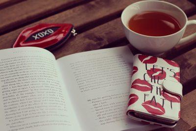 本とスマホと紅茶の写真画像