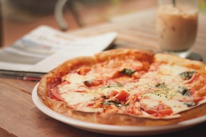 カフェのマルゲリータピザの写真画像