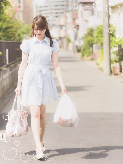 買い物をする女性の写真画像