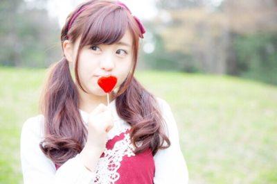 ハートのキャンディを持つ女の子の写真画像