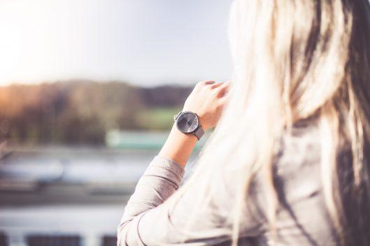時計を見る外国人女性の写真