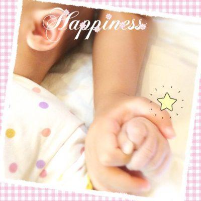 手を繋ぐ赤ちゃんとこどもの写真画像