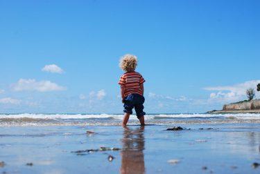 海を眺める男の子の写真画像