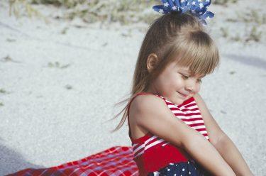照れる女の子の写真画像