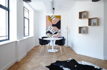 シンプルな片付いた部屋の写真