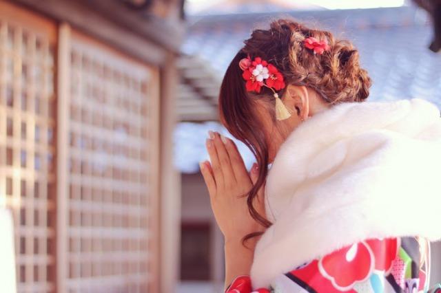 新年のお願いをする女の子の画像