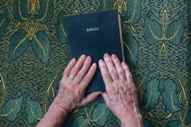 年老いた女性の手と本の写真画像