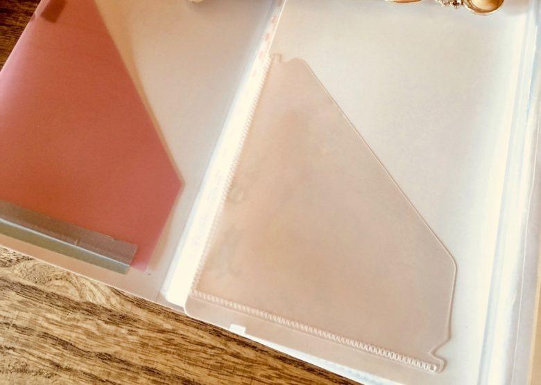 シールファイルの表紙の裏にミニポケットを自作した時の感性画像(左自作:右マインドウェイブ社のシールファイル)
