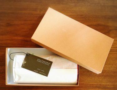 楽天市場で購入した牛革クロコダイル型財布のラッピング(箱を開けた感じ)写真画像