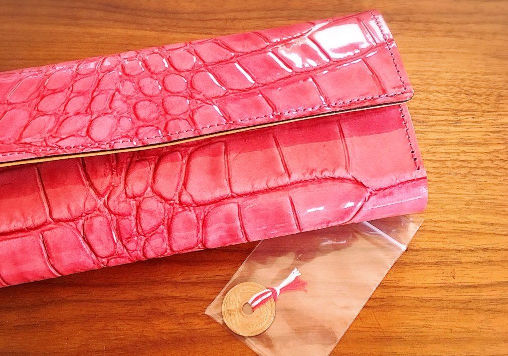 楽天市場で購入した牛革クロコダイル型の長財布(ピンク)とプレゼントのお種銭の写真画像